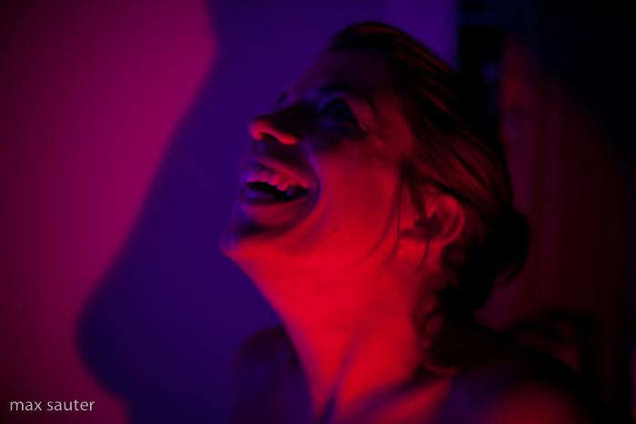 Le sourire d'Amélie dans l'ombre de ses seins