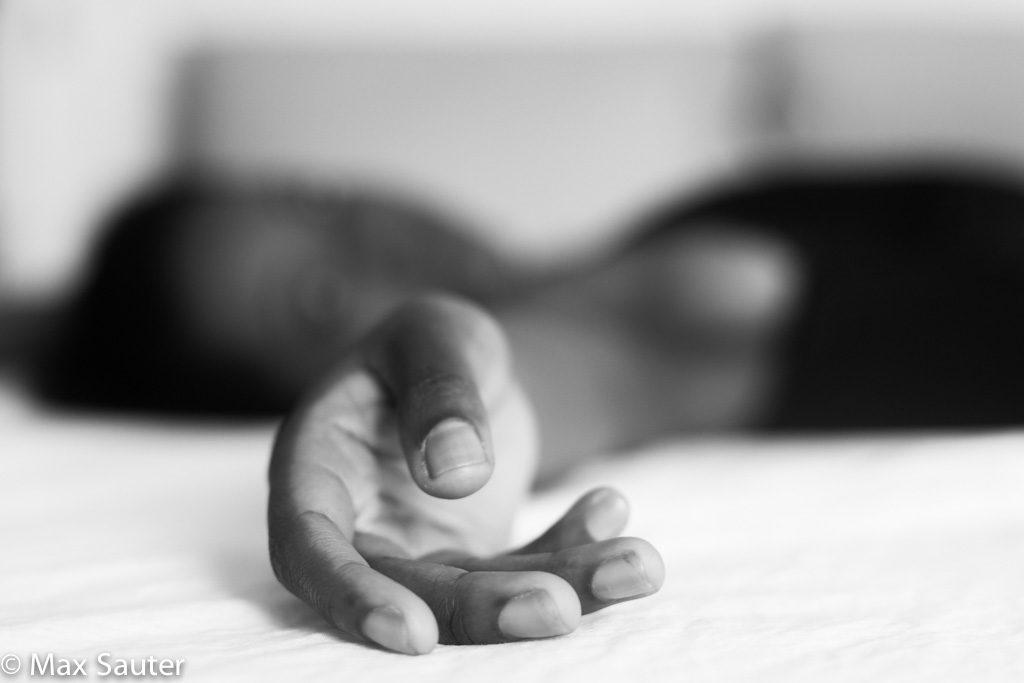 femme en lingerie allongée sur son lit